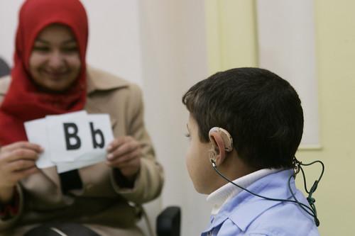 Un operatrice sanitaria valuta un bambino non udente