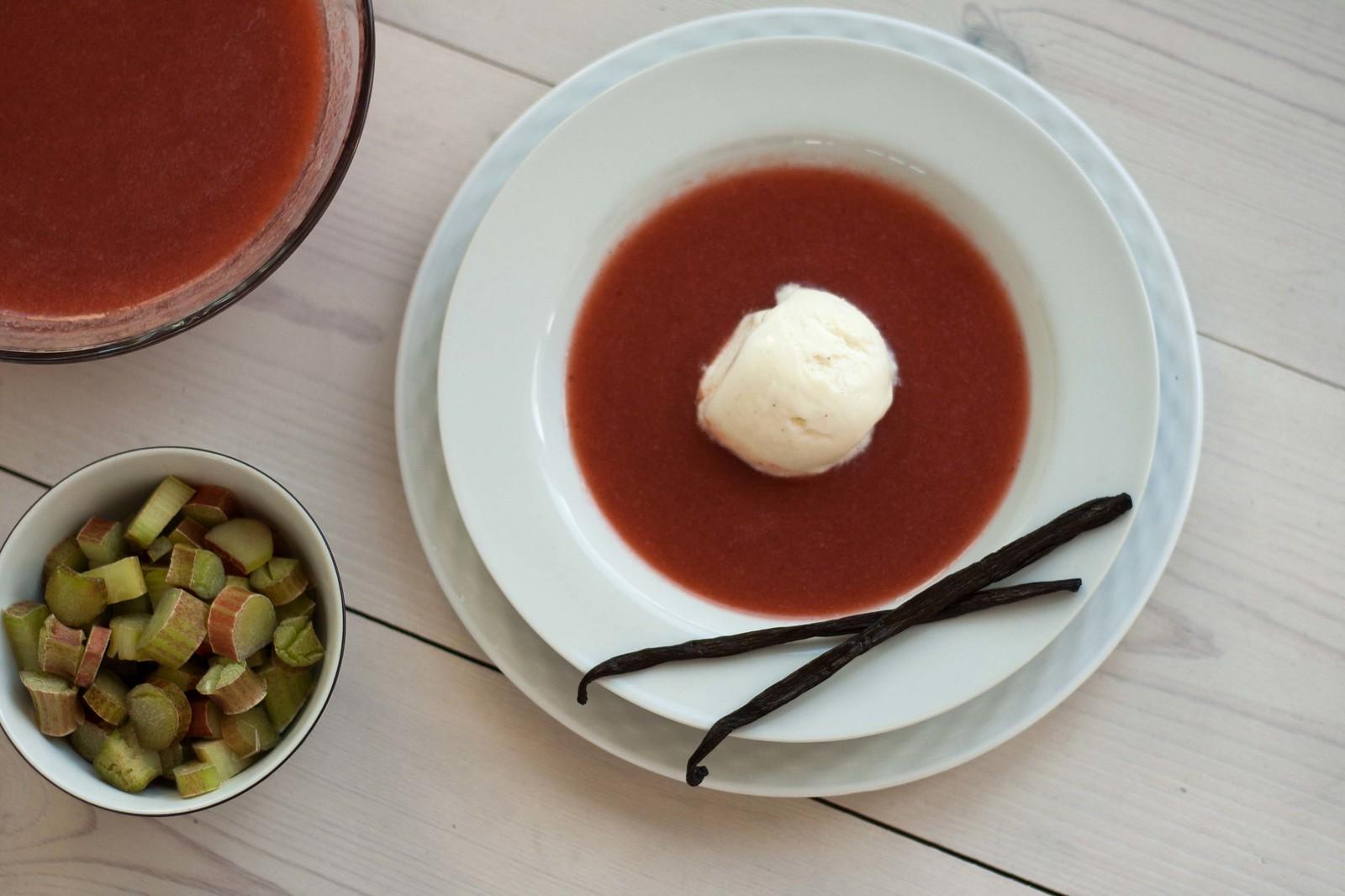 Jordbær-rabarbersuppe serveret kold med vaniljeis