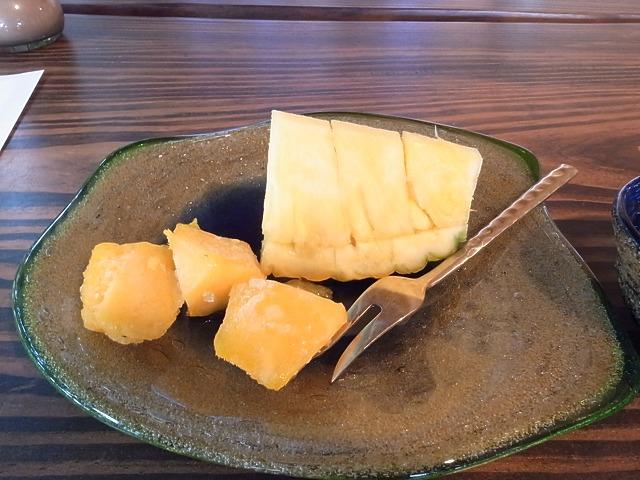 <p>q)デザートのフルーツ。マンゴーは冷凍してあってシャーベットみたいです</p>