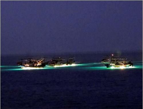 在北海岸近海作業的焚寄網(棒受網)漁船。圖片攝影:李坤瑄。