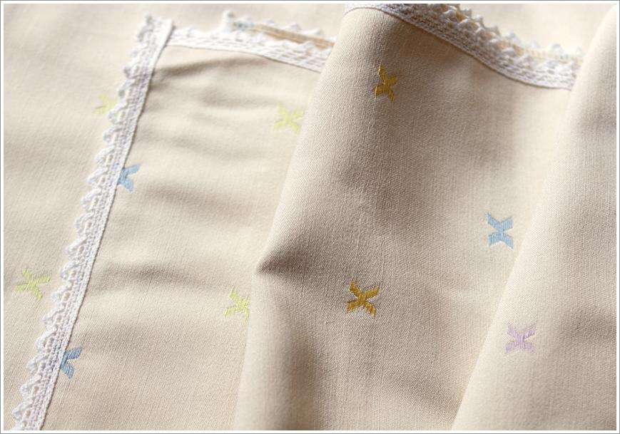颜色:米色 ,蓝色,绿色 材质:纯棉布 内容物:桌布 ps:布边蕾丝为随机