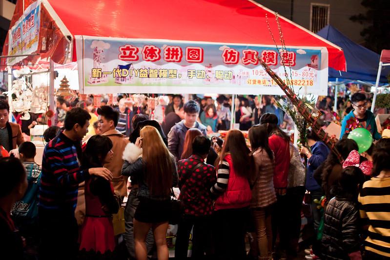 Puesto de maquetas y juguetes en Guangzhou durante el Año Nuevo chino.