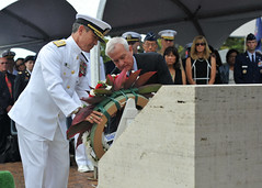Adm. Harris and Honolulu Mayor Kirk Caldwell lay a wreath during the ceremony. (U.S. Navy/MC1 David Kolmel)