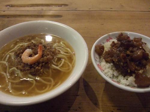 擔仔麺50元と肉臊飯