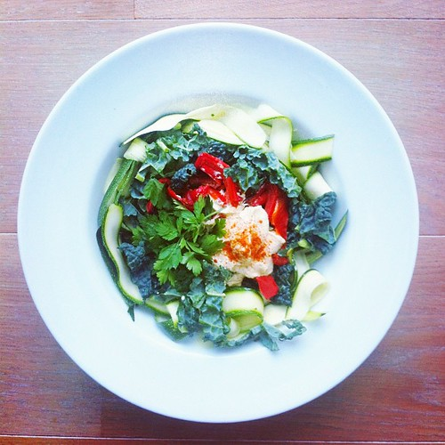 This week will be dedicated to special dressings: 1. hummus dressing (hummus, olive oil, cider vinegar and paprika). Courgettes (zucchini), cavolo Nero, roasted pepper, parsley, pine nuts. #vegan #veggies #veganshare #vegetarian #veganfoodporn #veganfoods by Salad Pride