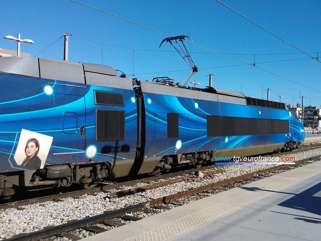 Vue de la motrice impaire du TGV Allianz pelliculé dans la gare marseillaise