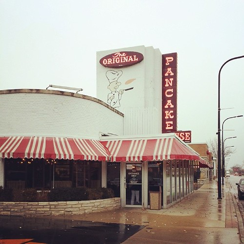 My friends, I present the full Chicago experience: Grey skies, wind, rain and WALKER BROTHERS PANCAKES! !!!