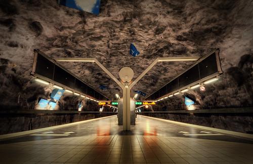 signs underground subway shadows metro sweden stockholm platform tiles arrows sverige cubes hdr solna vreten huvudsta