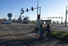 Twee meisjes op de fiets voor stoplicht