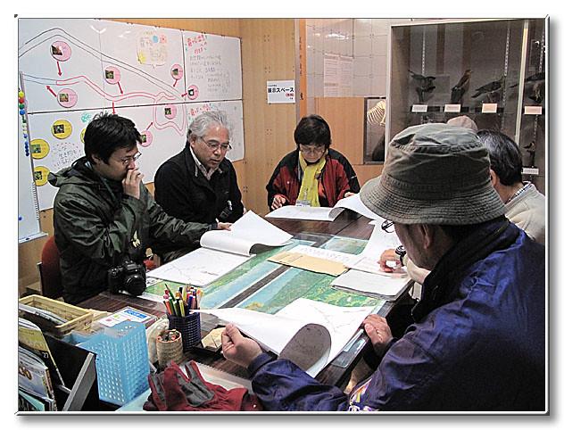 自然館内でお話を聞く.配られた資料は,斎藤先生が描かれた冬芽の線画集.