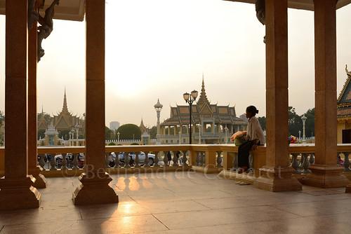 sunset woman horizontal architecture asia femme ngc phnompenh kiosque asie palaisroyal royalpalace coucherdesoleil nationalgeographic colonne bertranddecamaret