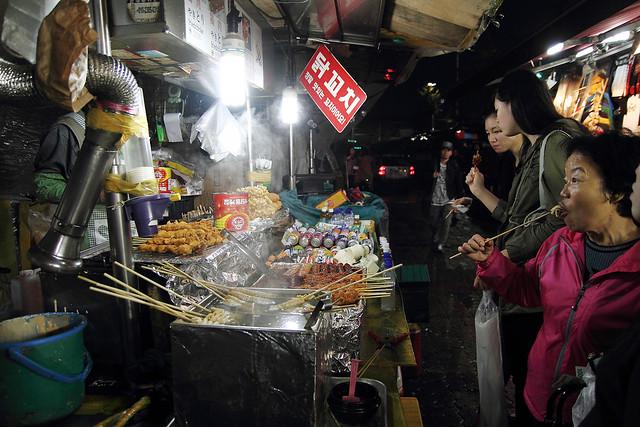 街边的小吃往往吸引大批的顾客