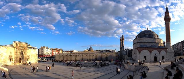 Plaza_con_los_principales_monumentos_de_Sivas