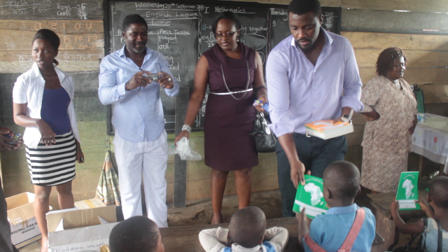 john-dumelo-donates-to-school