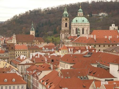 Barrio de Mala Strana (Praga) con la cúpula de San Nicolás de fondo