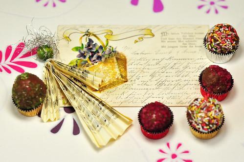 Pralinen Blitzpralinen schnelle Praline Nougat Nougatpraline mit heimischen Nüssen und Blumen Veilchensirup Haselnuss verzieren Deko
