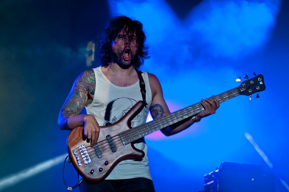 El bajista de Flou, Federico Wagener, con su peculiar estilo de ejecutar el bajo, delira mientras que interpretan las canciones de su exitoso grupo de rock paraguayo. (Elton Núñez)