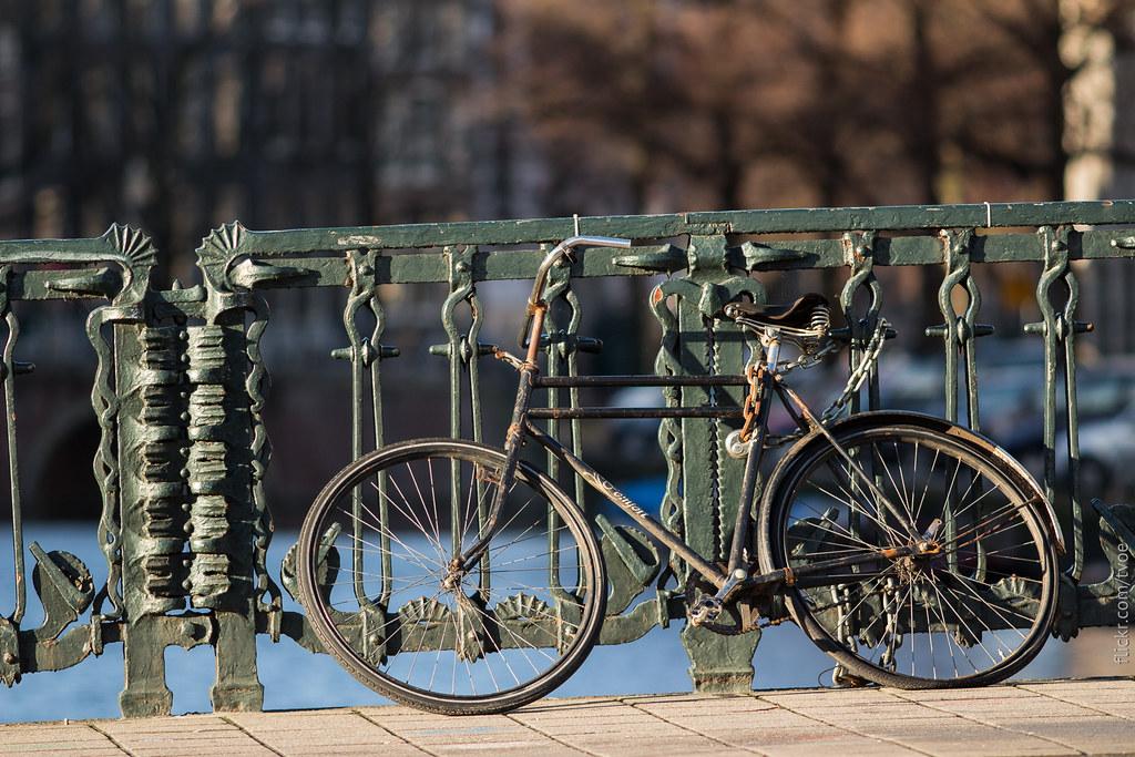 Брошенный велосипед в Амстердаме.