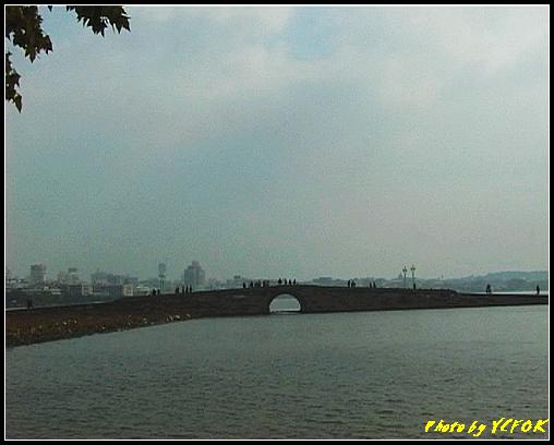 杭州 西湖 (其他景點) - 116 (從北山路湖畔看北裡湖 白堤上的斷橋 西湖及市區)