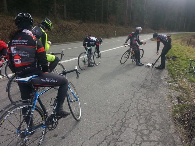 Auch die Rennfahrer bleiben ab und an von einem Plattfuß nicht verschont_für andere ist es eine willkommende Pause_Foto Team
