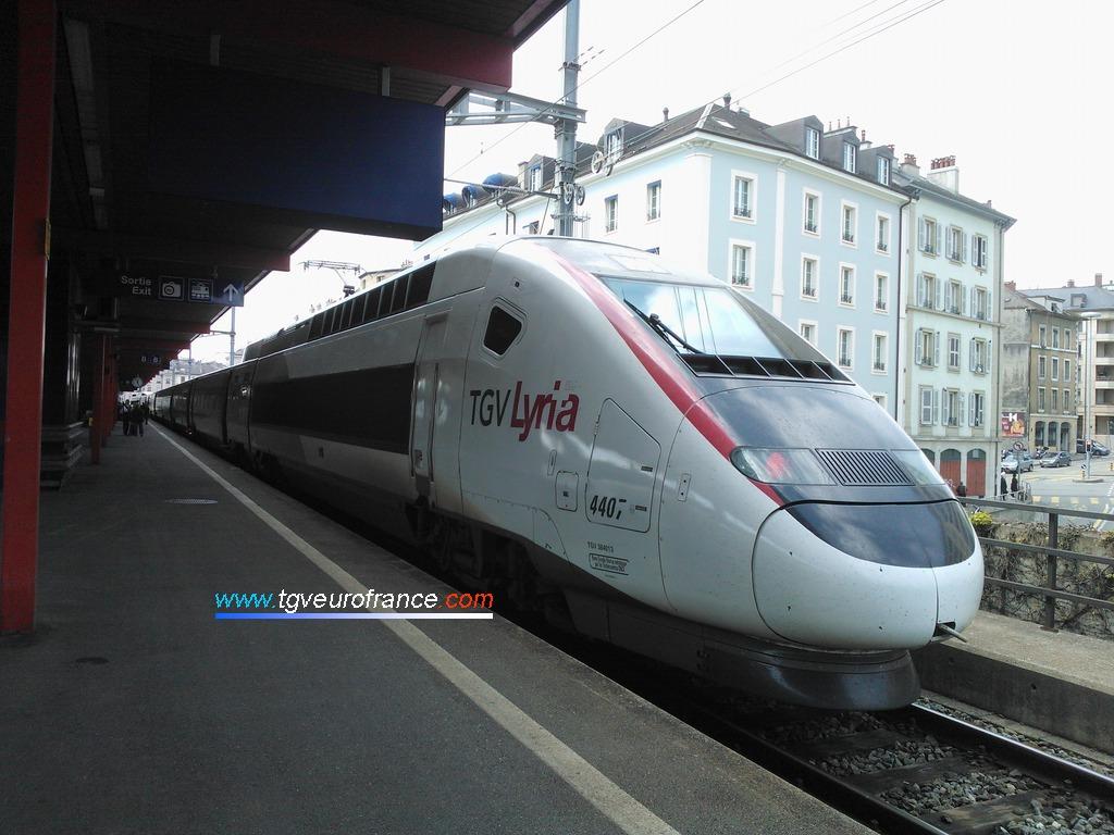 Le TGV POS 4407 arborant la livrée des rames TGV Lyria en gare de Genève Cornavin