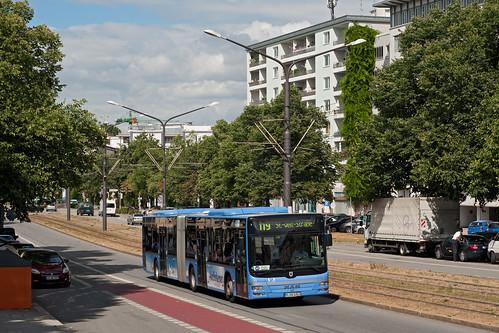 Wagen 5303 passiert als Ersatzbus für die Tram 19 die Flurstraße