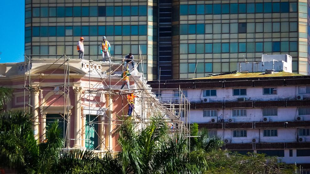 Obreros trabajan intensamente en los días previos al 476 aniversario de la fundación de Asunción por la restauración del Palacio de Gobierno, también en vista al próximo traspaso presidencial en que asumiría el Presidente Electo Horacio Cartes (Elton Núñez).