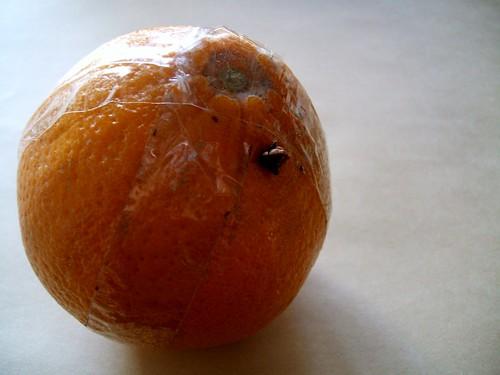 オレンジポマンダー クローブを1個挿した