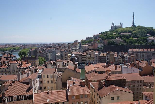Vue sur la basilique de Fourvière / vieux Lyon et toits des quai de Saône