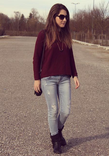 jersey burdeos y jeans