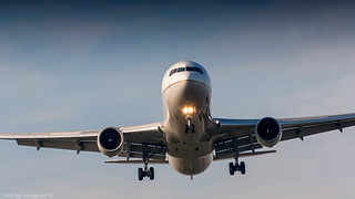 United Airlines 767-300ER on short final for runway 06