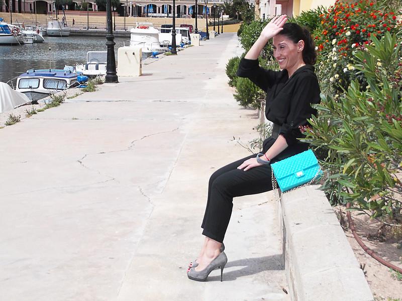 Jumpusit negro, mono negro, peep toes grises, grey  peeptoes, cinturon ancho gris, wide elastic belt, bracelet, pulsera, bolso acolchado, chanel 2.55