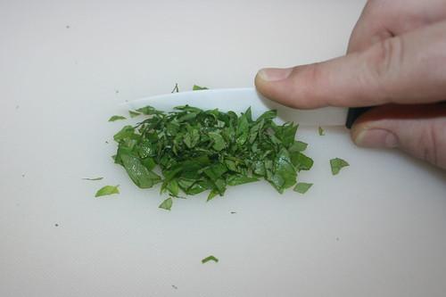 24 - Oregano zerkleinern / Mince oregano