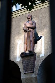 Estatua con paloma