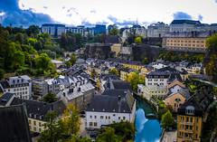 Luxemburger Kontrastprogramm. Im Hintergrund die moderne Großstadt, davor die Reste des Bollwerkes Luxemburg, und unten im Tal an den Ufern der Alzette (Uelzech) fast kleinstädtischer Charakter.