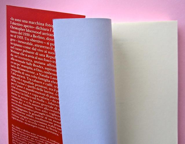 Christopher Isherwood, Addio a Berlino. Adelphi 2013. [responsabilità grafica non indicata]. Risvolto di copertina, prima e seconda carta di guardia (part.), 1