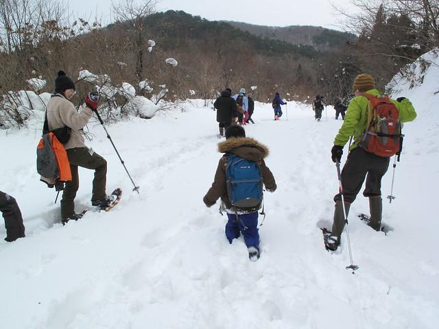 最初は歩きづらそうだった子どもの参加者も最後には雪に慣れ,楽しそうに歩いていた.