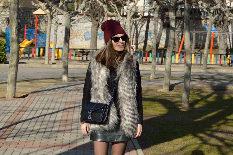 lara-vazquez-madlula-blog-black-outfit-burgundy-beanie