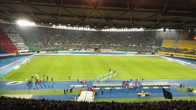 Die Mannschaften von Rapid und Ajax kommen auf das Spielfeld