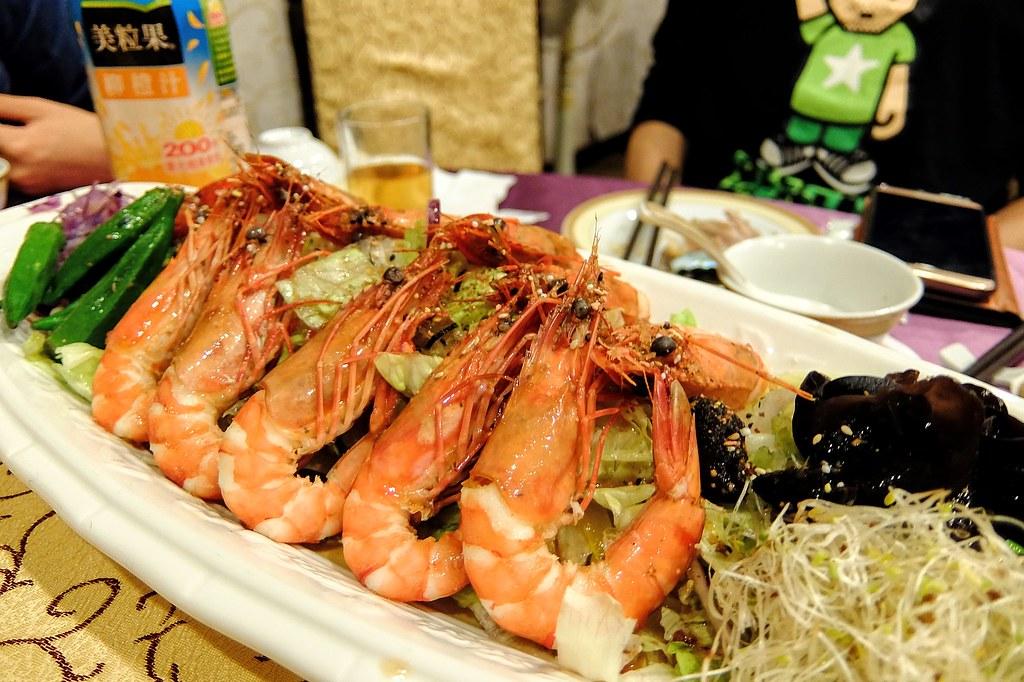 生菜+大蝦,其中蝦子已經去殼了