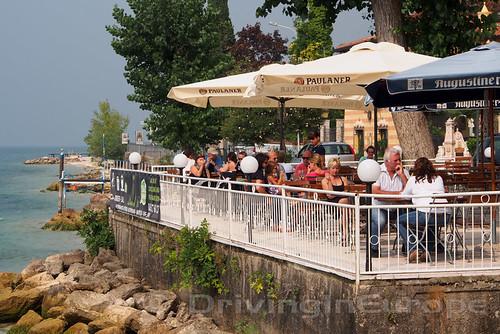 ガルーダ湖畔のカフェ