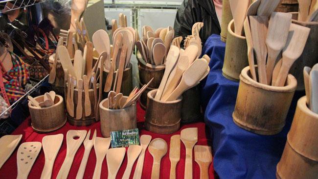 Utensílios de bambu na feirinha