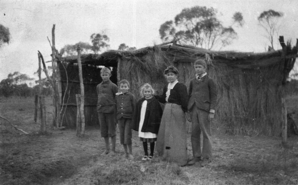 Rayment children and their edifice of knowledge at Isisford, 1909