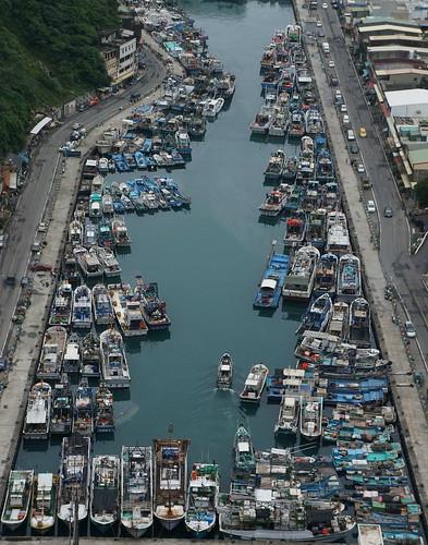 一些漁民認為政府的「獎勵休漁制度」根本無法解決目前漁船過多的問題。「我休息三個月,你補助一點點錢(兩萬多),都不夠我那個船員半個月的薪水啊! 」加上制度設計不良,接受補助多為漁筏等小型船或兼職漁民,對減少漁獲努力量沒有多大幫助,對真正的漁民而言也無法提供誘因。(圖片攝影:牧鄉)