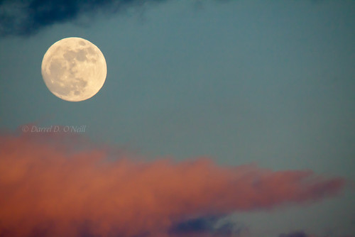 pink blue sunset sky moon white clouds grey gray full {vision}:{outdoor}=0877 {vision}:{sky}=0881
