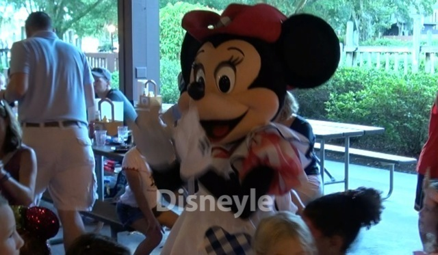 ミッキーのバックヤードBBQ 楽しそうにおどるミニー