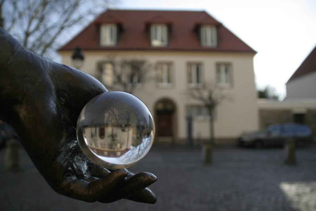 Glaskugel in der Hand einer Bronze-Statue - Katharinenkirche Osnabrück - IMG_6114
