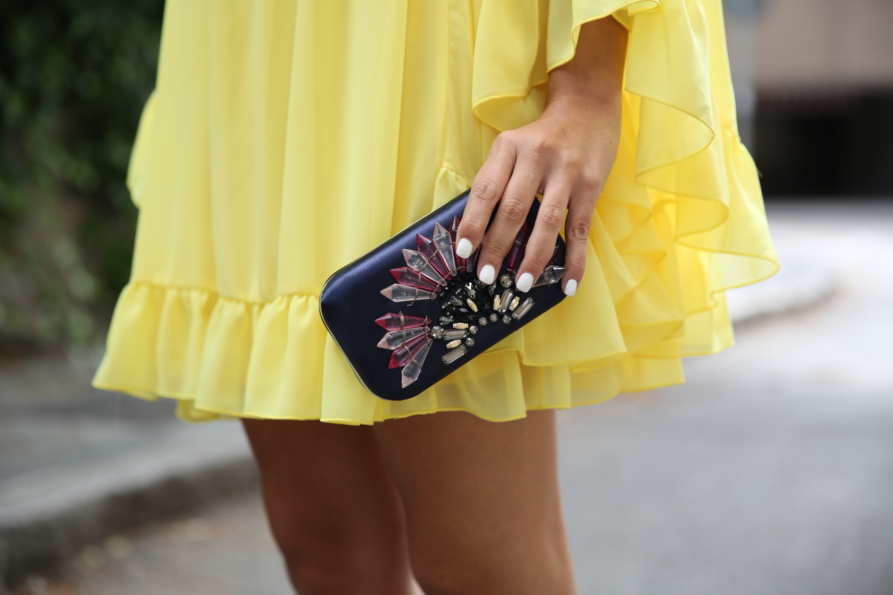 trendy_taste-look-outfit-street_style-ootd-blogger-blog-fashion_spain-moda_españa-yellow_dress-vestido_amarillo-boda-wedding-evento-clutch_pedreria-mas34-sandalias_azules-blue_sandals-4