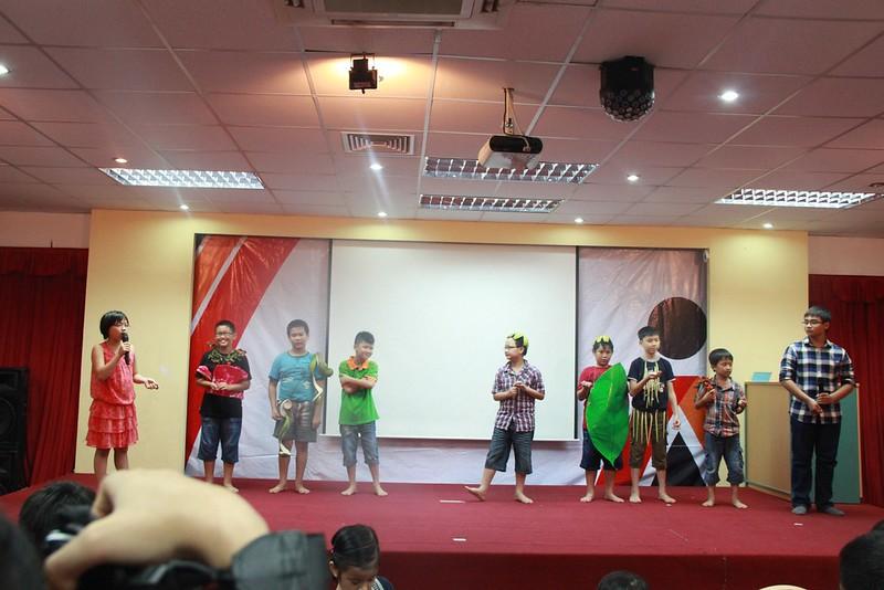 Nhóm sinh biểu diễn thời trang