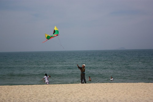 this guy's kite had tubes that made different sounds in the wind… pretty cool